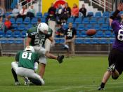 English: Field goal kick in american football. Playing teams: Kiel Baltic Hurricanes (home) vs Langenfeld Longhorns. Deutsch: Kick beim American Football. Es spielen Kiel Baltic Hurricanes gegen die Langenfeld Longhorns.