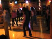 English: Line dancing at a Country Western Dance Hall and Saloon. Italiano: Esempio di Line dance.