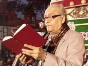 English: Soumitra Chatterjee reciting a poem by Rabindranath Tagore at the inauguration of Kharda Flower Show; 160 Station Road, Rahara, Kharda, Kolkata - 700118, West Bengal, India. He was the chief guest along with West Bengal Finance Minister Dr. Asim
