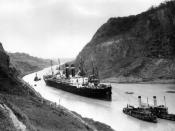 English: SS Kroonland is seen on 2 February 1915 at the Culebra Cut while transiting the Panama Canal. Kroonland was the largest passenger ship to that time to transit the canal.