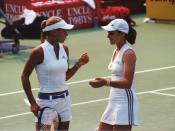 English: Anna Kournikova and Martina Hingis during the semi-finals of a double match in Sydney WTA tournament in 2002. Kournikova and Hingis won 6-4 6-3 against Justine Henin and Meghann Shaughnessy. Français : Anna Kournikova et Martina Hingis lors des d