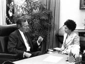 English: President George Herbert Walker Bush, during his final Oval Office interview on Jan. 19, 1993, with White House correspondent Trude B. Feldman.
