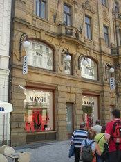 English: Mango megastore on the Prikopy street, Prague. Česky: Velká prodejna Mango na ulici Příkopy, Praha. Slovenčina: veľká predajňa Manga na ulici Příkopy, Praha.