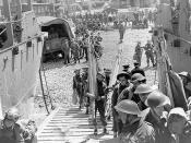 [Canadian troops embarking in landing craft during training exercise before raid on Dieppe, France, ca. August 1942.] / Soldats canadiens embarquant dans une péniche de débarquement pendant une répétition précédant le raid sur Dieppe