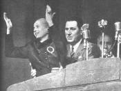 Eva Duarte (Evita). Perón sostiene a Eva mientras pronuncia un discurso en Plaza de Mayo.