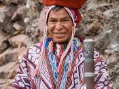 English: An Andean man in traditional dress. Pisac, Peru. Français : Un homme des Andes en costume traditionnel. Písac, Pérou. Italiano: Un uomo delle Ande in costume tradizionale. Pisac, Perù. Português: Um homem dos Andes, num fato tradicional. Pisac, P