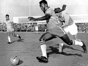 English: Pelé dribbling past a defender during Malmö-Brazil 1-7 (Pelé scored 2 goals) at Malmö city stadium. Français : Pelé dribble un défenseur durant le match Malmö-Brazil de 1960 au stade de Malmö. Score 7-1 pour le Brésil, dont deux buts de Pelé. Sve
