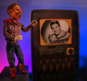 English: Howdy Doody being displayed at Detroit Institute of Arts Puppet Display Case. The case is illuminated by programmable LED lighting system. There are about 1300 Color LEDs are being used for creating different effects