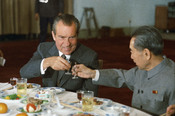 English: US President Richard Nixon and Chinese Premier Zhou Enlai toast, February 25, 1972