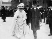 English: The Prime Minister of Canada, Sir Wilfrid Laurier, and his spouse, Lady Laurier, going to the Parliamentary luncheon at the Colonial Conference in London, England. The Honourable L.P. Brodeur is in the background.