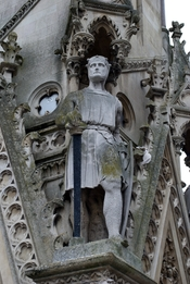 English: A statue of Simon de Montfort on the Haymarket Memorial Clock Tower in Leicester, England.