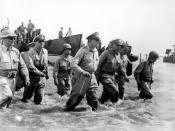 English: Gen. Douglas MacArthur wades ashore during initial landings at Leyte, Philippine Islands. Français : Le général Douglas MacArthur marche vers la rive durant le débarquement à Leyte, dans les Philippines.