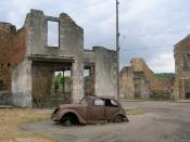 English: Car and buildings in Oradour-sur-Glane. Français : Voiture et bâtiments à Oradour-sur-Glane. 中文: 格拉讷河畔奥拉杜尔村的断壁残垣和报废的标志202汽车