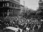 English: Crowd gathered outside old City Hall, at Main Street and William Avenue, during the Winnipeg General Strike. Visible on the left are the Union Bank of Canada building and Leland Hotel.