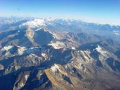 es: La Cordillera de los Andes vista desde un avión, entre Santiago de Chile y Mendoza, Argentina, en verano. en: The Andes mountain range as seen from a plane, between Santiago de Chile and Mendoza, Argentina, in summer.