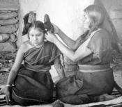 English: Hopi woman dressing hair of unmarried girl, 1900 Deutsch: Eine Hopi richtet das Haar eines unverheirateten Mädchens, 1900