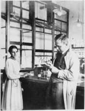 English: Otto Hahn and Lise Meitner at laboratory Français : Otto Hahn et Lise Meitner dans leur laboratoire