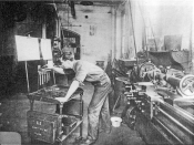 English: A machinist at the Tabor Company, a firm where Frederick Taylor's consultancy was applied to practice, about 1905 Deutsch: Mechaniker bei Tabor Co. einer der Vorzeigefirmen Taylors um 1905