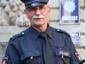 A senior police officer of the Hamburg police on assignment at Hamburg city hall, Germany. Français : Capitaine de la police de Hambourg en faction devant l'hôtel de ville de Hambourg, en Allemagne.