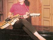 Mina at home with an Anelli piano and a Giemmei guitar in 1959