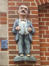 Français : Statue d'Hercule Poirot à Ellezelles, Belgique.