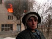English: A Chechen boy stands in the street during the battle for Grozny. Suomi: Tšetšeenipoika kadulla Groznyin taistelujen aikaan.