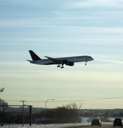 English: A Delta Air Lines plane lands at Minneapolis / St. Paul International Airport at Minneapolis, MN