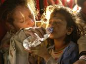 English: U.S. Army Sergeant Kornelia Rachwal gives a young Pakistani girl a drink of water as they are airlifted from Muzaffarabad to Islamabad, Pakistan, aboard a U.S. Army CH-47 Chinook helicopter on the 19 October 2005. Français : Le sergeant Kornelia