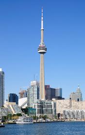 The CN Tower and the Toronto Harbor viewed from the Toronto City Centre Airport. Français : La tour CN et le port de Toronto (Canada) vus depuis l'aéroport du centre-ville.
