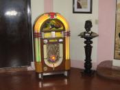 English: Juke box and bust of Nat King Cole in the Hotel Nacional, Havana, Cuba