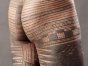A traditional Samoan male tattoo from the waist to below the knees seen from the side and back. Русский: Татау — древняя татуировка Самоа Gagana Samoa: Le tatau Samoa Français : Le tatau (ou pe'a), le tatouage masculin de Samoa, complété par des outils tr