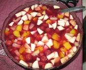English: a fruit salad Deutsch: ein Obstsalat
