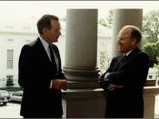 English: President George H.W. Bush and Secretary of Defense Richard B. Cheney in 1991, on the Navy steps of Old Executive Office Building). In the background, the West Wing of the White House. Français : Le président George H.W. Bush et le secrétaire à l