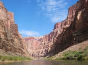 English: A picture of the Marble Canyon section of the Grand Canyon, from river-level. Deutsch: Marble Canyon, Teil des Grand-Canyon-Nationalparks.