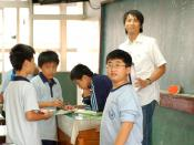English: The Chinese teacher and his students in Chu Jen Junior High School in Taichung City, Taiwan. ‪中文(繁體)‬: 台中市居仁國中的國文實習老師與學生。