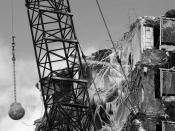 English: Wrecking ball in use during demolition of the Rockwell Gardens housing project in Chicago, Illinois, February 2006. Português: Bola rompedora em uso durante a demolição do projeto residencial Rockwell Gardens em Chicago, Illinois. Fevereiro de 20