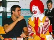 English: Enrique Iglesias and Ronald McDonald Español: Enrique Iglesias y Ronald McDonald