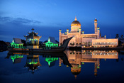 English: Dusk at the Sultan Omar Ali Saifuddin Mosque in Brunei on the eve of Ramadan. Minutes before, a muslim prayer rang from the church speakers. Français : La mosquée Sultan Omar Ali Saifuddin à Brunei, au crépuscule, juste après l'appel à la prière,