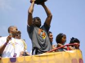 English: Kobe Bryant holds up the Larry O'Brien Trophy.