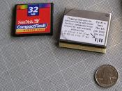 English: Size comparison of a 1994 Hewlett-Packard Kittyhawk Microdrive with a quarter and a compact flash.