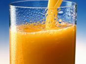 English: A glass of Orange juice. Esperanto: Oranĝa suko verŝata en glason. Español: Un vaso con jugo de Naranja. Deutsch: Ein Glas Orangensaft Français : Jus d'orange. Português: Suco de laranja.