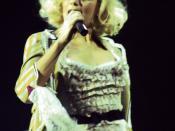 Gwen Stefani performing