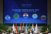 Português: Cerimônia de assinatura do protocolo de adesão da Venezuela como membro-pleno do Mercosul, em Caracas. Estiveram presentes os presidentes do Uruguai, Brasil, Argentina, Venezuela, Paraguai e Bolivia.