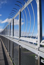 English: In 2005 a fence was added to Tromsøbrua because it was one of the most used bridges by people who wanted to commit suicide at the time. Norsk (bokmål): I 2005 ble det montert et gjerde på Tromsøbrua fordi den var blant de mest utsatte for sel