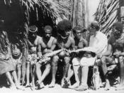 English: Picture of Bronisław Malinowski with natives on Trobriand Islands, 1918. Polski: Bronisław Malinowski na wyspach archipelagu Trobriand, 1918
