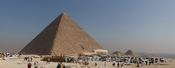 English: Tourist buses and the Great Pyramid of Giza.