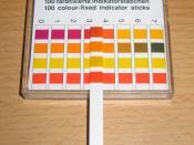 English: pH measurement with an indicator paper. Deutsch: Messung des pH-Wertes mit einem Indikatorstäbchen. Für das Beispiel wurde übrigens Cola verwendet.