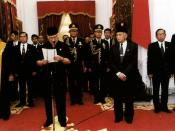 English: Mr. Suharto presented his address of resignation as President of the Republic of Indonesia at Merdeka Palace Jakarta, 21 May 1998. (original caption) Русский: Мистер Сухарто заявляет о своей отставке с поста президента Республики Индонезия во дво