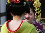 2 Maiko (apprentice Geisha) conversing near the Golden Temple in Kyoto, Japan. Parts of the kimono and the special make-up are clearly visible. Français : Deux maiko arborant le kimono, la coiffure et le maquillage traditionnels. Türkçe: Tipik ense makyaj