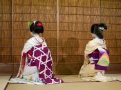 English: Differences between maiko (left) and geiko (right)